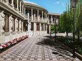кариатиды в оформлении фасада здания
