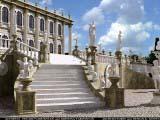 скульптуры и статуи украшающие лестницу