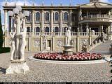 клумбы украшенные статуями