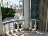 классическая архитектура в оформлении балкона
