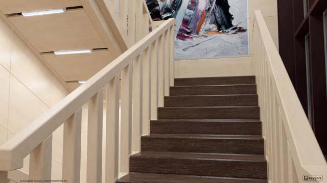 Оформление лестницы в общественном интерьере дома культуры